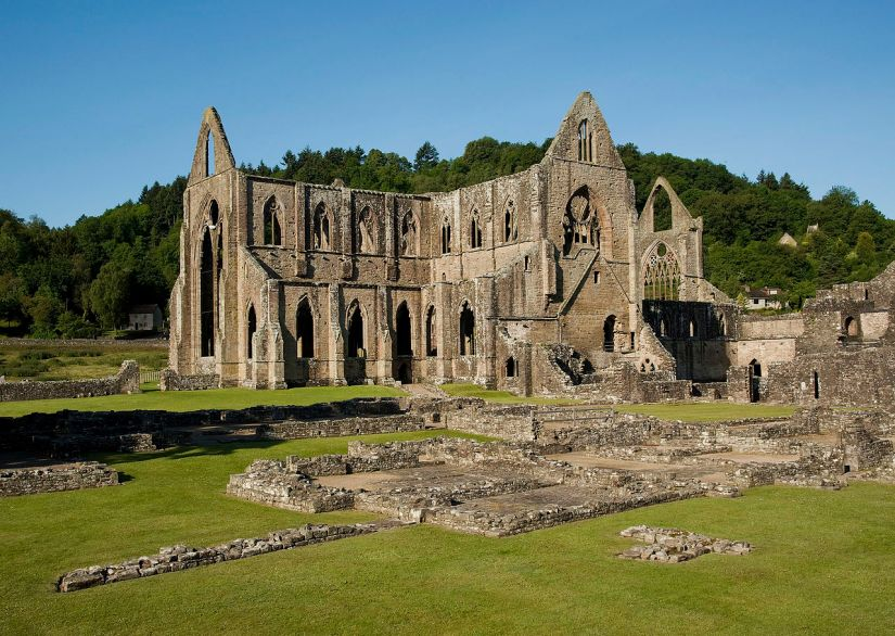 1280px-Tintern_Abbey_and_Courtyard